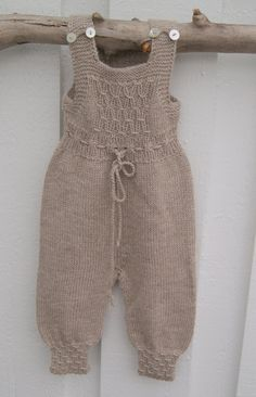 Stricken Baby :This Pin was discovered by Sil ,Baby Overalls with detaDiscover thousands of images about Pattern from Babystrik på pinde of Lene Holme Samsøe Knitted Baby Outfits, Crochet Baby Pants, Knitted Baby Clothes, Knitted Romper, Knitting For Kids, Baby Knitting Patterns, Baby Patterns, Onesie Pattern, Baby Pants Pattern