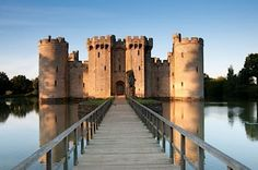 When we think of medieval England, we think castles. The first thing a lot of people think about England is castles and medieval fortresses. Beautiful Castles, Beautiful Buildings, Medieval Castle Layout, Bodiam Castle, English Castles, High Resolution Wallpapers, East Sussex, Beautiful Architecture, British Isles