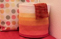 Корзина для белья может быть даже вязаной
