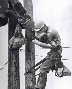 old-historic-photos-301__605. trabalhador fazendo boca a boca no colega de trabalho depois dele tomar um choque em um cabo de alta tensão. 1967.