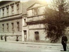 Severní strana Mariánského náměstí,budova městské knihovny a kaple P.Marie Sedmibolestné.Mezi nimi nejmenší domek v Kolíně. J.Kubrt r.1913