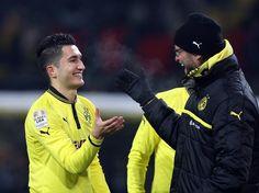 Nuri Sahin (l) freut sich nach seinem Einstz mit Trainer Jürgen Klopp über den Sieg von Borussia Dortmund. (Foto: Kevin Kurek/dpa)