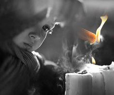 Le persone che donano amore sono come le candele: Bruciano loro stesse per dare luce agli altri.