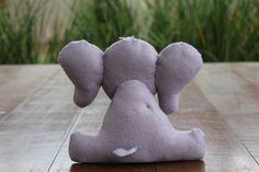 #Elefante de #feltro, desenho exclusivo, para #decoração tema #safari. Fica em…