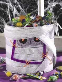 Delight little goblins and ghouls with Halloween treats from this dimensional mummy. Size: Standing 6 3/4 inches high, he'll hold plenty of treats.Skill Level: Intermediate