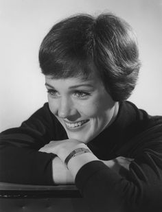 1964 Julie Andrews She was Mary Poppins, the perfect nanny who knew that a spoonful of sugar helps the medicine go down. It also helped her win an Oscar. Hollywood Actor, Classic Hollywood, Old Hollywood, Hollywood Icons, Julie Andrews Young, Rita Moreno, Shirley Maclaine, Gentlemen Prefer Blondes, Katharine Hepburn