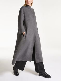 Enter the world of Max Mara: let yourself be won over by the elegance and hand-crafted quality of our collections. Muslim Fashion, Modest Fashion, Hijab Fashion, Fashion Dresses, Minimalist Winter Outfit, Pantalon Thai, Blazer Outfits, Mode Outfits, Minimal Fashion