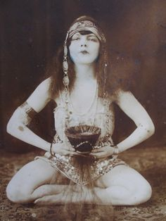 Fashion and Art Deco The Egyptian Revival movement became very popular in Europe and the United States between roughly the and Vintage Gypsy, Vintage Witch, Vintage Beauty, Cabaret, Vintage Photographs, Vintage Photos, Tarot, Style Oriental, Illustrations