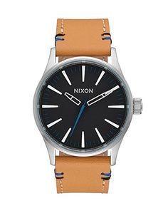 """Die klassisch elegante Herrenuhr NIXON Sentry Leather in """"natural black"""" fällt mit ihrem absichtlich schlicht gehaltenen Ziffernblatt und dem hellen ledernen Armband auf."""