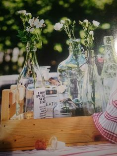Vanhat pullot vaasiryhmäksi Glass Vase, Table Decorations, Furniture, Home Decor, Decoration Home, Room Decor, Home Furnishings, Home Interior Design, Dinner Table Decorations