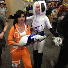 Chell and GLaDOS came down to earth. | 28 Comic-Con Couples Who Totally Nailed This Cosplay Thing
