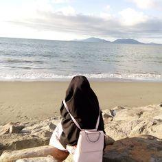 Jalanilah kehidupan di dunia ini tanpa membiarkan dunia hidup di dalam dirimu, karena ketika perahu berada di atas air, ia mampu berlayar dengan sempurna, tetapi ketika air masuk ke dalamnya, perahu itu tenggelam. . . . Ali bin Abi Thalib RA. . #Lensa #Muslimah Dari Sudut Yang Indah . Like, Share and Tag 5 Sahabat Muslimahmu . Follow @PesantrenYatim Follow @PesantrenYatim Follow @PesantrenYatim . Join Us @MuslimahIndonesiaID Karena Muslimah #Sholehah Itu Istimew...