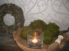 De herfst is de ideale periode om een mooie boswandeling te maken. Tijdens zo'n herfstwandeling vind je mooie natuurlijke spulletjes die je kan gebruiken als decoratie: o.a. dennenappels, kastanjes, beukennootjes, bladeren en takken, maar ook mos! En hiermee kan je heel goedkoop mosballen maken. Xmas, Christmas, Candle Holders, Candles, Wallpaper, Diy, Winter, Workshop, Website