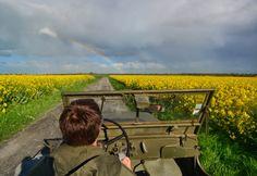 #tourdecorno Normandië; D-Day, Bevrijdingsdag en Calvados Op 5 mei, onze Bevrijdingsdag, ben ik op een bijzondere plek. De D-Day stranden van Normandië, waar geallieerden in 1944 de eerste stap zetten voor onze bevrijding. Ik rij in een jeep langs de beroemde stranden en steile kliffen, en ontdek op de terugweg Calvados.