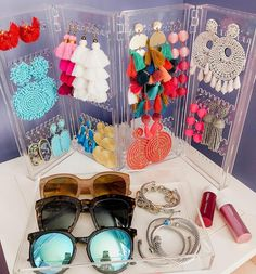 Raise your hand if you're a statement earring lover! ♀️♀️♀️♀️♀️ I have found the best organizer so your earrings can be on display, and not get all tangled up, AND it's only $13!! Tag your friends below that need this organizer! Earring organizer how to organize earrings how to store earrings