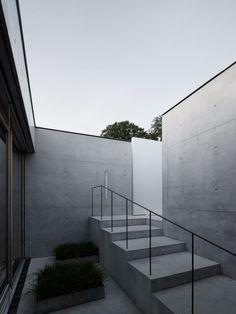 """Einst hat man den Brüdern von Marte.Marte eine """"Zement-Neurose"""" zugeschrieben. Die Architekten stecken das locker weg – und arbeiten weiterhin mit Beton als Baustoff. Das sieht man auch an diesem Wohnhaus, einem quaderförmigen Beton-Monolithen am Ostrand des Rheintals."""