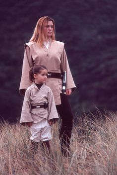 My daughter and I in our jedi costumes - 2005 (the second version of my jedi costume, and the first version of my daughter's youngling costume). Jedi Knight and youngling Costume Jedi, Costume Star Wars, Jedi Cosplay, Star Wars Droides, Star Wars Dark, Chevalier Jedi, Female Jedi, Anastasia, Star Wars Halloween