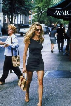 I hate her for looking flawless in absolutely anything. Wtf. A dark grey dress? Who the hell rocks that. Oh, Carrie Bradshaw. ❤