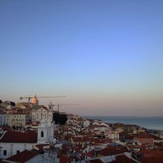 Magic hour. ✨ #memmoalfama #alfama #portugal #roofterrace #sunset #latergram