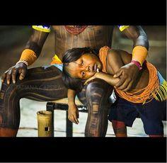 Brasil,    un niño kayapó cansado, durante el Festival Nacional Indígena. En el centro de muchos debates acerca de las elecciones, el desarrollo sostenible, responsabilidad social ... ¿Cuál sería el futuro real para las personas Xingu de Brasil?