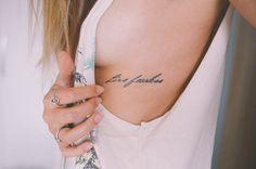 20 ideias de tatuagens simples e discretas | Laís Schulz Tatuagem minimalista e discreta - Frase na costela