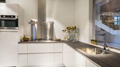 Hoekkeuken van het merk Keller in de moderne woonstijl en de kleur Briljant Wit, hoogglans afgewerkt. De keuken beschikt over een werkblad van kunststof en een geïntegreerde spoelbak. Compleet met inbouwapparatuur van Pelgrim. http://www.vanwanrooij-warenhuys.nl/product/keller-hoekkeuken/