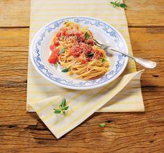 Macarrão com molho rústico de tomate picado | Receita Panelinha: Tradição é tradição, mas a ideia aqui é abrir a geladeira e resolver o jantar. Por isso, o molho de tomate ganha uma versão bem rápida, rústica e despojada. Você vai ficar feliz da vida em transformar quatro tomates num jantar delicioso, em menos de meia hora.