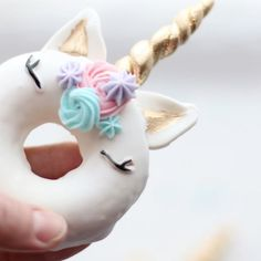 Unicorn donuts video short {inspo by @vickiee_yo} || vanilla baked donuts with royal icing