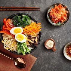 A traditional Korean favourite made simple by adding your favourite ingredients. Perfect for a packed lunch! Bento Recipes, Healthy Recipes, Paleo Ideas, Healthy Food, Kimchi, Korean Rice, Valeur Nutritive, How To Cook Beans, Eggnog Recipe
