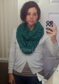 Knitting Patterns Arm Life is {Sew} Daily: How to Arm Knit a Scarf. Best tutorial I have seen! Cant wait to get started Arm Knitting, Knitting Patterns, Crochet Projects, Sewing Projects, Diy Scarf, Good Tutorials, Cute Diys, Diy Crochet, Crochet Ideas