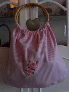Rosa/weiss gestreifter Beuteltasche.    Genäht nach Tilda vorlage.    Mit eine Tilda Rose an der Vorderseite.    Die Griffe haben einen Durchmesser...
