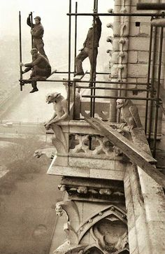 Workers on rickety scaffolding during the restoration of Notre Dame 1952 Creative Pictures, Old Pictures, Old Photos, Vintage Photos, Industrial Photography, Vintage Photography, Street Photography, Greece Architecture, Art And Architecture
