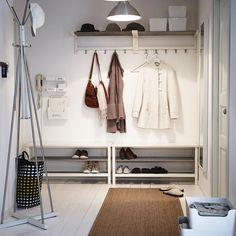 Eingangsbereich mit TJUSIG Bänken mit Schuhablage, TJUSIG Hutablagen und TJUSIG Aufhänger für Tür/Wand in Weiß