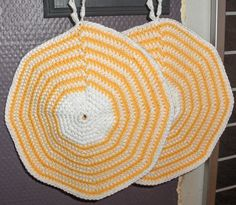 The yellow and white is on the front, and the back is in yellow. Crochet Owls, Crochet Potholders, Christmas Owls, Christmas Decorations, Pot Holders, Kitchen Decor, Easter, Yellow, Handmade