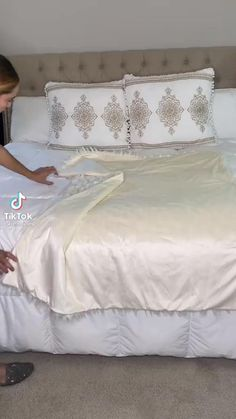 Fold Bed Sheets, Folding Fitted Sheets, Simple Life Hacks, Useful Life Hacks, Diy Home Crafts, Diy Home Decor, Diy Clothes Life Hacks, How To Fold Towels, Home Organization Hacks