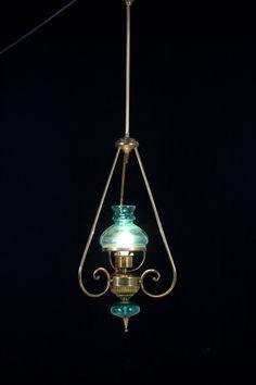 lampadario vetro colorato : Lampadario in ottone e vetro colorato. Un punto luce.