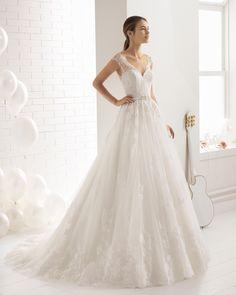 Vestido de novia estilo romántico en encaje y pedreria con escote V y espalda escotada. Colección 2018 Aire Barcelona.