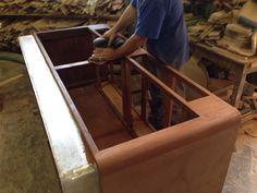 Mobili castagno ~ Mobile di sala in legno di castagno con mensole tutto intorno al