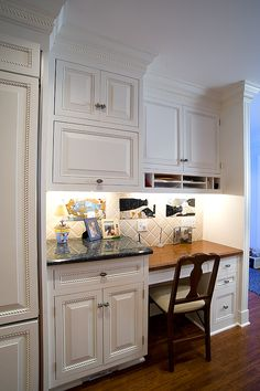 Small desk area in kitchen!  I want this so bad!!