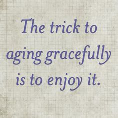 "El truco para envejecer con gracia es disfrutarlo Words of wisdom -- media is constantly promoting ""anti-aging"" products and sharing tips on how to age better. Aging is natural and it happens to everyone; embrace it! Great Quotes, Quotes To Live By, Me Quotes, Inspirational Quotes, Random Quotes, Daily Quotes, Motivational, The Words, Getting Old"