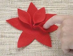 Make some beautiful Christmas Eve with Felt Handmade Christmas Decorations, Felt Christmas Ornaments, Noel Christmas, Felt Flowers, Diy Flowers, Fabric Flowers, Felt Crafts, Diy And Crafts, Christmas Crafts