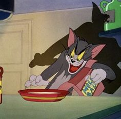 This cartoon starts with Tom's attempts to prevent Jerry from lapping his milk. Cartoon Icons, Cartoon Memes, Cat Memes, Cartoon Characters 90s, Tom Et Jerry, Tom And Jerry Memes, Vintage Cartoons, Classic Cartoons, Cartoon Wallpaper