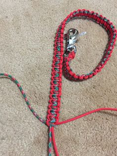 A paracord pet leash is a great project for those of us with pets…we have 2 dogs so we keep multiple leashes around. We also have many friends with dogs, and we like to give our leashes out… Paracord Braids, Paracord Weaves, Paracord Knots, Parachute Cord Crafts, Homemade Dog Toys, Paracord Dog Leash, Diy Dog Collar, Horse Accessories, Dog Shop