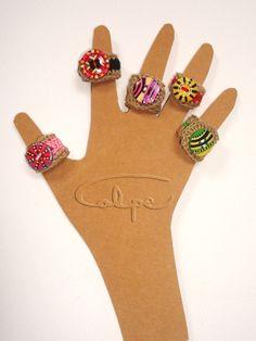 Anillos de crochet con botones pintados a mano. http://calpearts.blogspot.com.es/p/botones.html