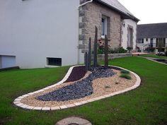 Jardin moderne avec du gravier d coratif galets et for Amphore piscine decoration