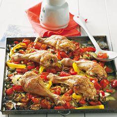Gemeinsam schmoren sich Hähnchen und Gemüse im Backofen zu aromatischer Bestform. Dieses Rezept wird mit saftigen Flaschentomaten besonders gut. Foto: Thomas Neckermann