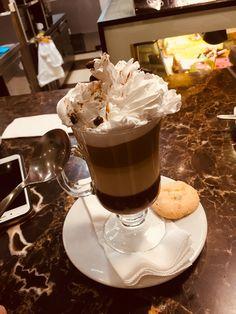 Un sabroso gusto con crema batida y chispa de café