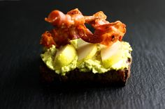 Dicke Bohnen Hummus mit Speck und Birnen auf Crostinis  / http://piasdeli.de/Rezept/dicke-bohnen-hummus-mit-speck-und-birnen-auf-crostinis/