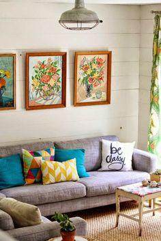 Sofá cinza e almofadas coloridas: a dupla perfeita