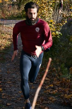 Running shirt in burgundy and navy together with Norr Mälarstrand Tights Navy from YMR Track Club. Winter Running, Running Shirts, Burgundy, Tights, Track, Sporty, Club, Navy, Long Sleeve